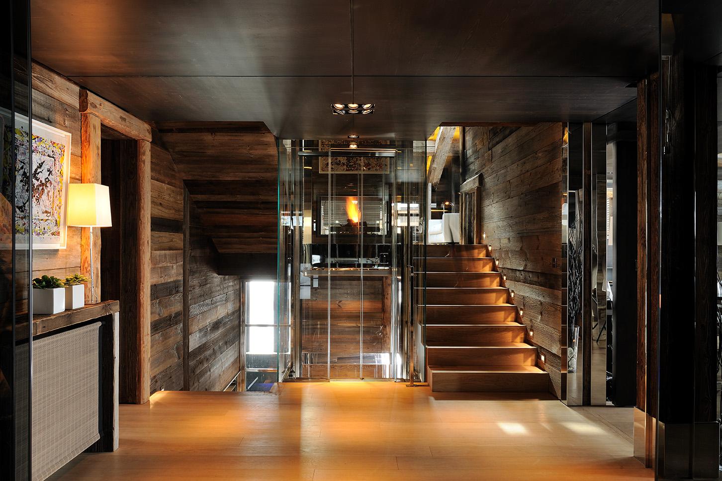 Hydraulischer Aufzug in Megève, Frankreich